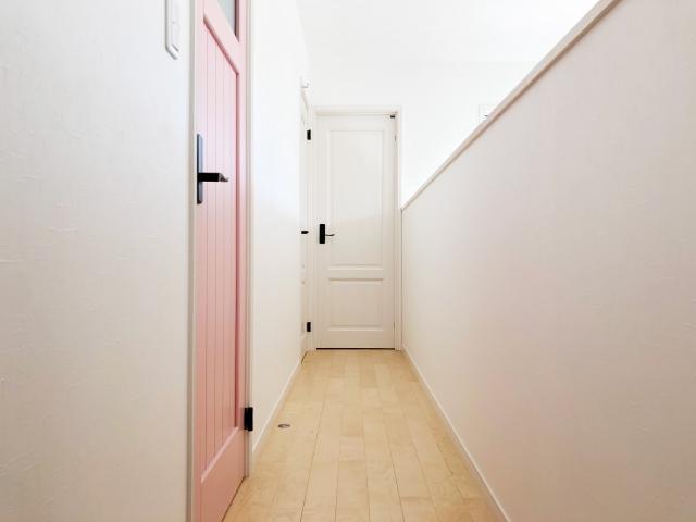 ピンクのドア